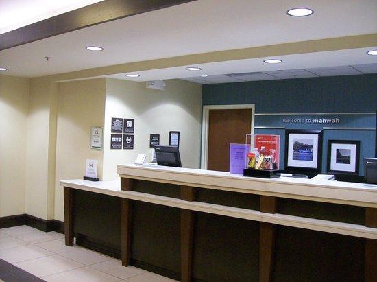 Hampton Inn & Suites Mahwah : Front Desk