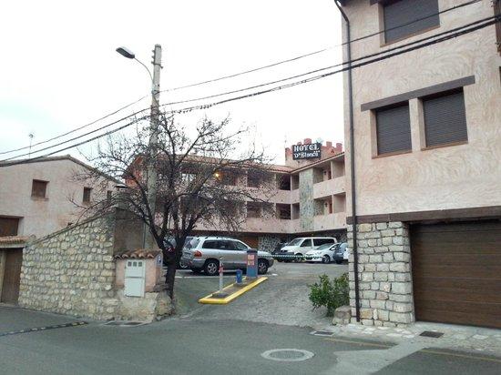 Hotel Dona Blanca: Вид отеля с улицы, парковка.