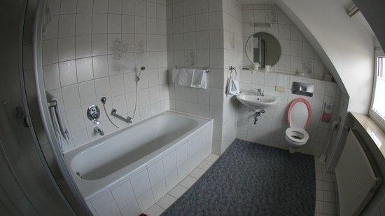 Hotel-Gasthof Klingentor : Просторная ванная комната
