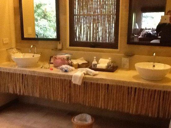 El Silencio Lodge & Spa : Large bathroom