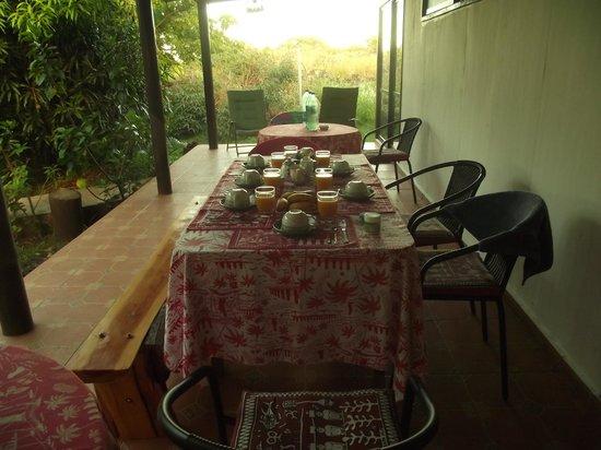 Atavai Pension: Terraza que permite desayunar fuera de habitación