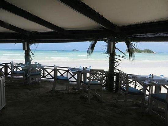 Paradise Sun: Restaurant, les pieds dans le sable