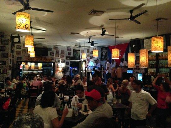 La Bodeguita del Medio: Live band - Vibrant atmosphere