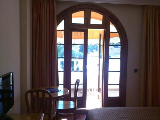 La Cueva Park: balcony door