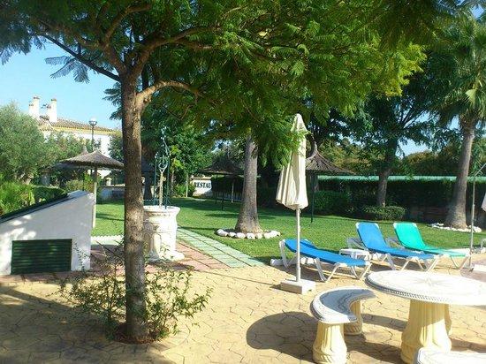 La Cueva Park: pool gardens