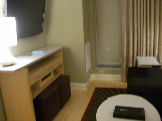 Embassy Suites by Hilton Raleigh - Durham Airport/Brier Creek: Living Room & TV in Room/Suite