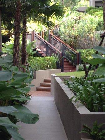 Avista Hideaway Phuket Patong, MGallery by Sofitel: Un cauchemar d'escaliers pour les plus de ... trente ans !