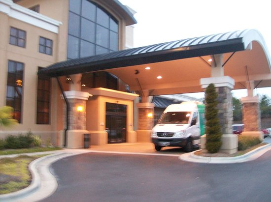 Embassy Suites by Hilton Raleigh - Durham Airport/Brier Creek: Exterior Front Entrance, with Shuttle Bus