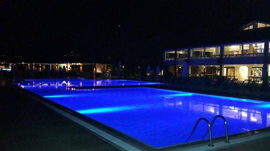 Club Med Rio Das Pedras: Pileta en la noche