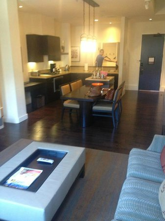 Fairmont Heritage Place, Ghirardelli Square: Living area and kitchen