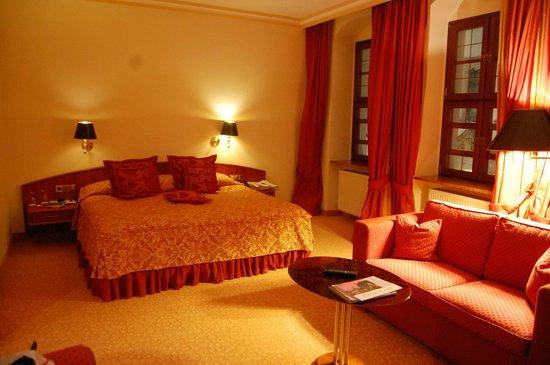 Romantik Hotel Bülow Residenz: Großes Zimmer in angenehmer Farbgebung