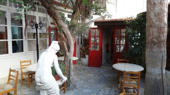 Kiniras Hotel: Patio