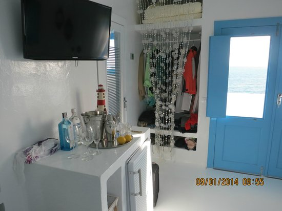 Avanti Hotel Boutique Fuerteventura : Wardrobe and 'maxi bar'