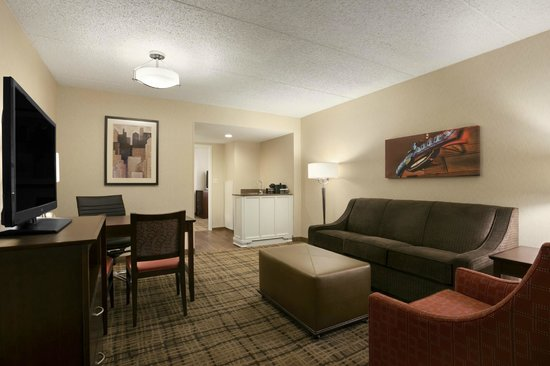 Embassy Suites by Hilton Cleveland - Beachwood : Living Room