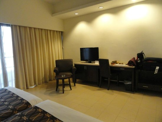 Flamingo Hotel by the Beach, Penang: TV and study area