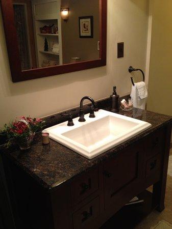Mill Stone - Mt Penn Lodging: Zackon Suite bath accomodations