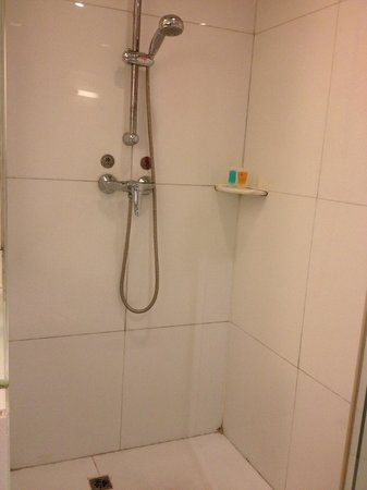 Ocean Hotel : Economy room shower