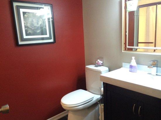 Wild Rose Bed & Breakfast: Main Floor Bathroom