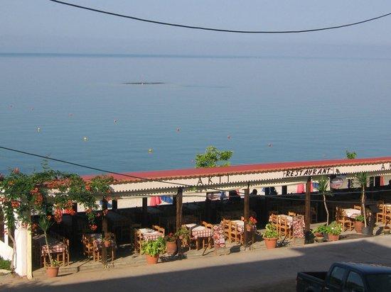 Hotel Akti: Restaurant on the beach