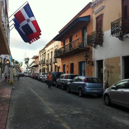 Mercure Comercial Santo Domingo: Entrada do Hotel . Rua na frente
