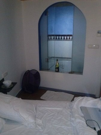 Apartamentos Muralla Ziri: baignoire dans la chambre