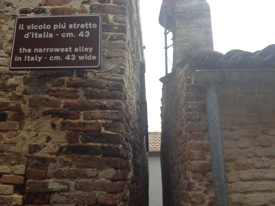 The Narrowest Alley in Italy: Narrowed alley in Italy