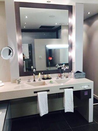 Vatel Hôtel & Spa : la salle de bain 512