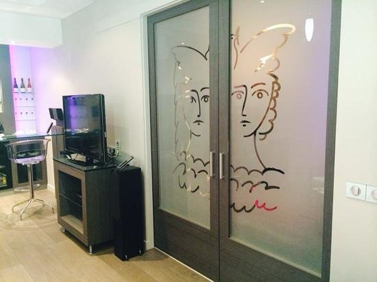 Vatel Hôtel & Spa : tv et entrée de la chambre de la suite 512