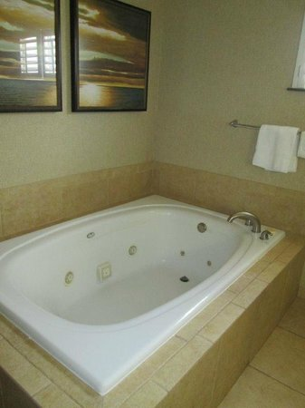 Embassy Suites by Hilton Mandalay Beach Resort : Jacuzzi tub in Master Bath