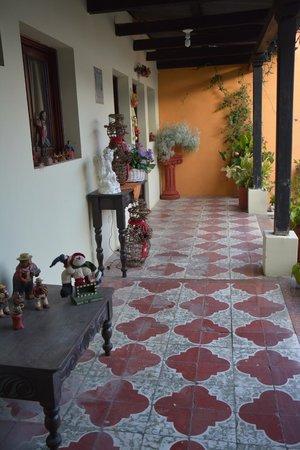 Hotel Los Encuentros: Inside hotel courtyard