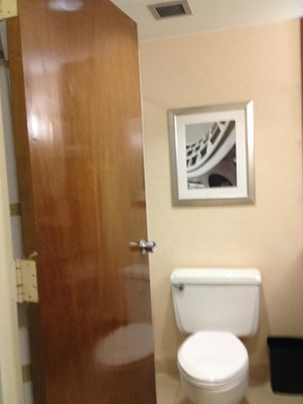 Tampa Marriott Westshore: Bathroom Entrance