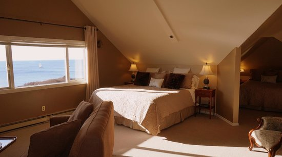 Dashwood Manor Seaside Bed and Breakfast Inn : Camelot Room