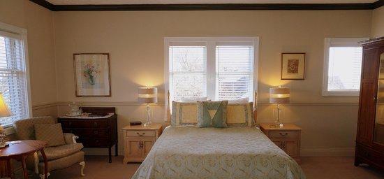 Dashwood Manor Seaside Bed and Breakfast Inn : Tudor Room