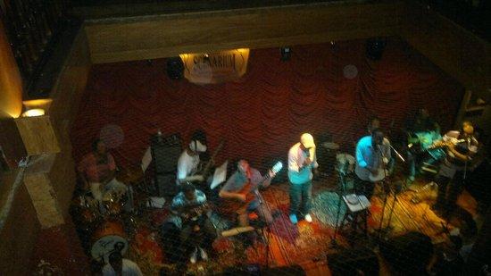 1c7dca497b8 Rio Scenarium  Vista de uma banda tocando no pavimento térreo. Parede do  restaurante-antiquário. Coleção de relógios antigos