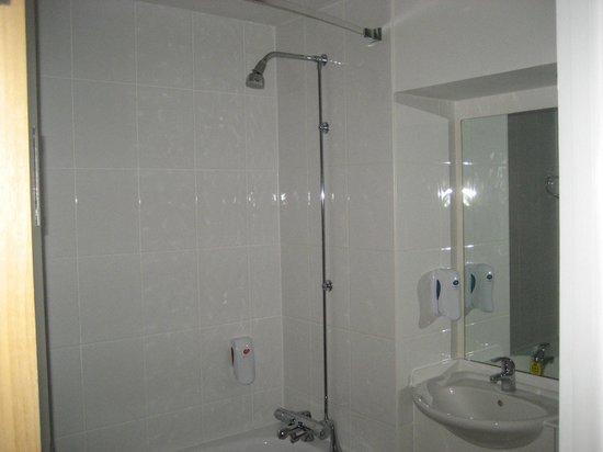 Premier Inn Belfast City Centre (Alfred Street) Hotel: Shower