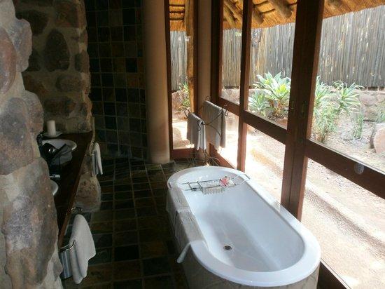 Ekuthuleni Lodge: The bathroom