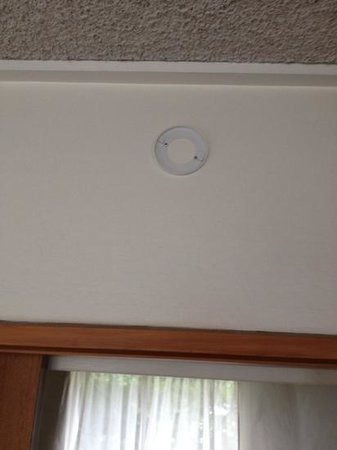 Quality Hotel @ The Ambassador: missing smoke detector