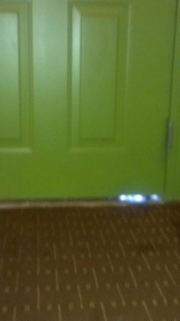 Inn on the Green : Opening under door
