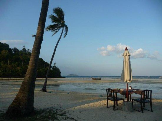 Phi Phi Island Village Beach Resort : Playa con Marea Baja