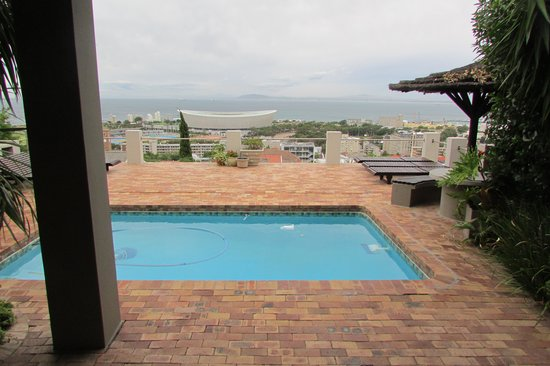 Bluegum Hill Guesthouse and Apartments: Swimming pool with a view