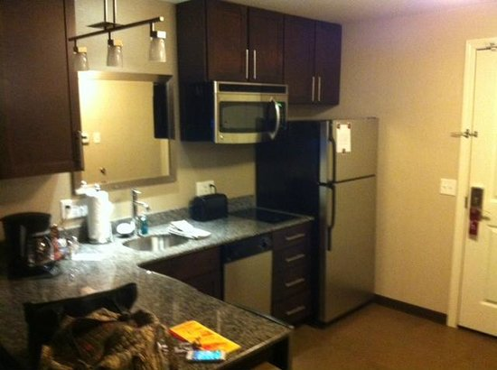 Residence Inn Boston Logan Airport/Chelsea : Full kitchen