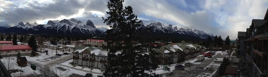 Silver Creek Lodge: panoramic view of the mountains (Three Sisters on the left) from our balcony
