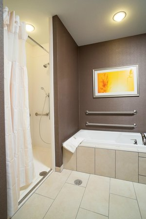 Hilton Garden Inn Sioux Falls Downtown : One King Bed Room with Whirpool
