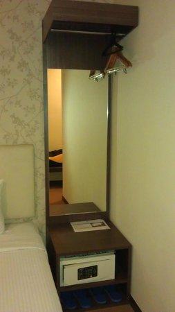 Eight Days Boutique Hotel (Mount Austin) : mirror
