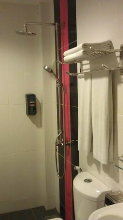 Eight Days Boutique Hotel (Mount Austin): bathroom with 4 towels