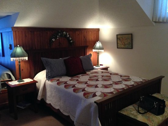 Chamberlin's Ole Forest Inn: Cozy bed