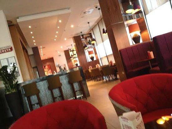Park Inn by Radisson Aberdeen: Bar /Lobby