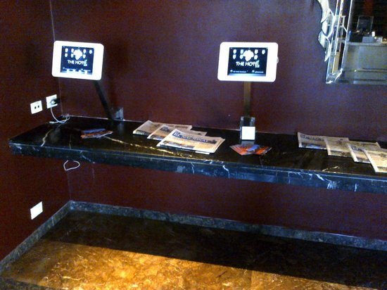 The Hotel Caracas: Useful Ipads at the lobby