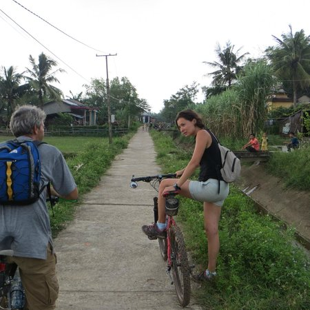 Heaven and Earth Bicycle Tours : on the road, explanations by our guide 2013