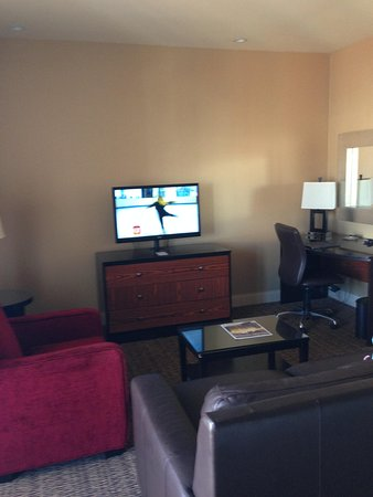 Hilton Promenade at Branson Landing: Nice comfy couch and chair